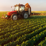 agricultura azi tractor agricol pe camp