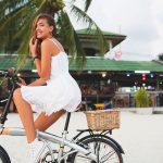 rochie alba si bicicleta